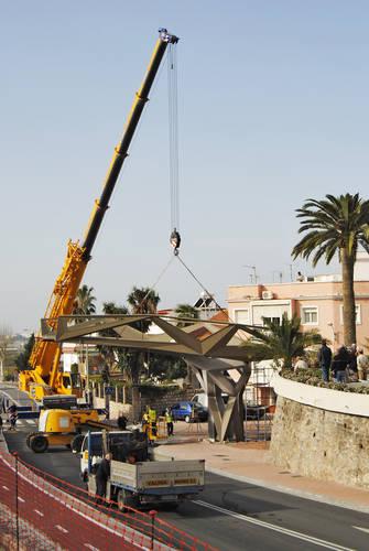 Se inició la instalación de la pasarela que unirá Las Explanadas con la Alcoholera de Motril