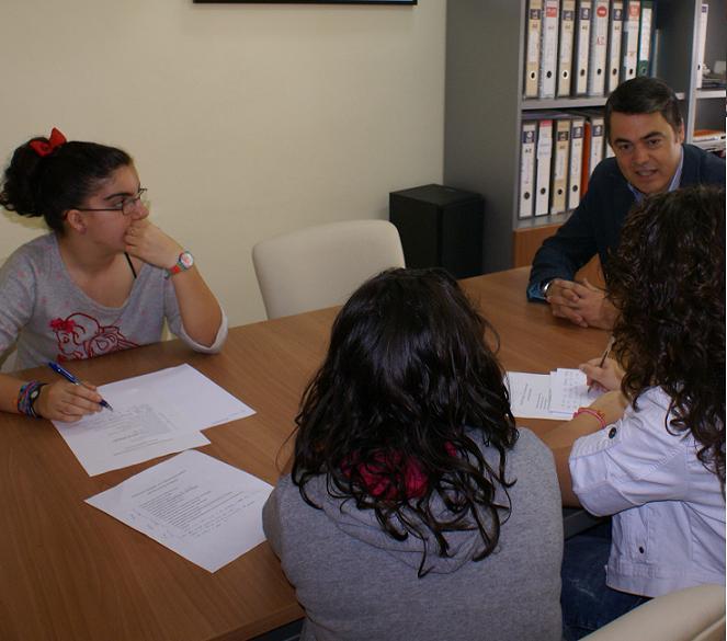Alumnas del IES Julio Rodríguez entrevistan al alcalde de Motril para participar en el concurso 'El País de los Estudiantes'