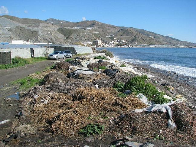 El Ayuntamiento de Albuñol defiende su labor en el control de vertidos en las playas y culpabiliza a los agricultores