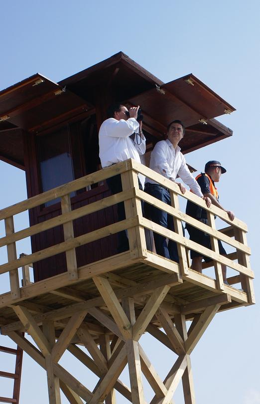 Las playa motrileña estrena una torre vigía y sillas anfibias para niños