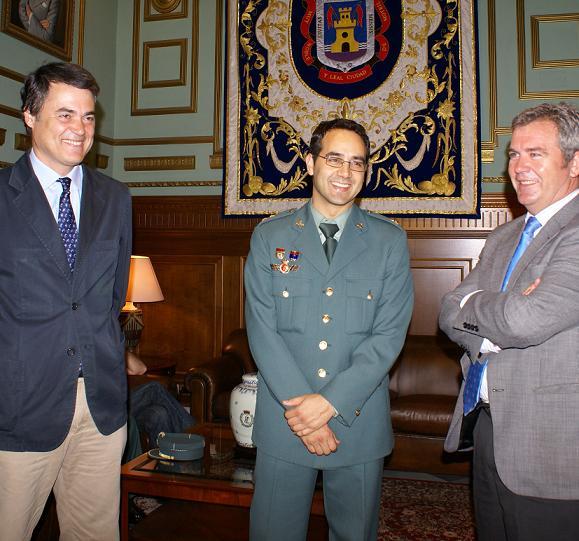Carlos Rojas recibe al nuevo capitán de la Guardia Civil