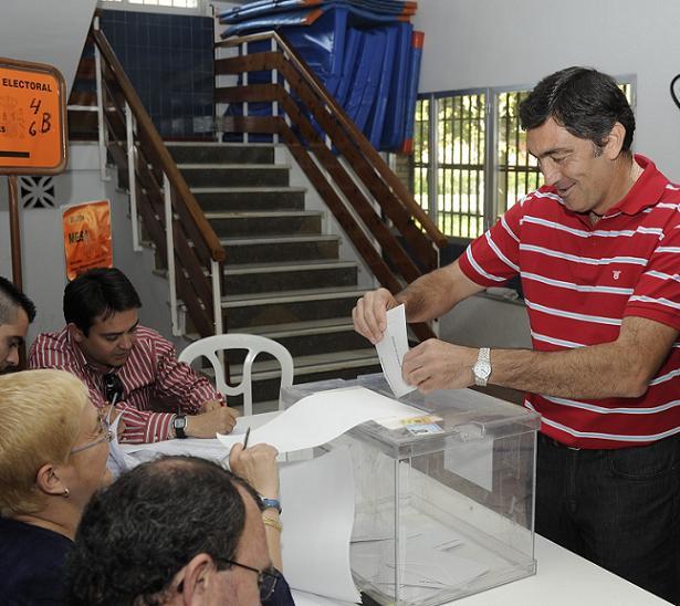 Felipe Villa (IU) emitía su voto en en el CP Los Alamos