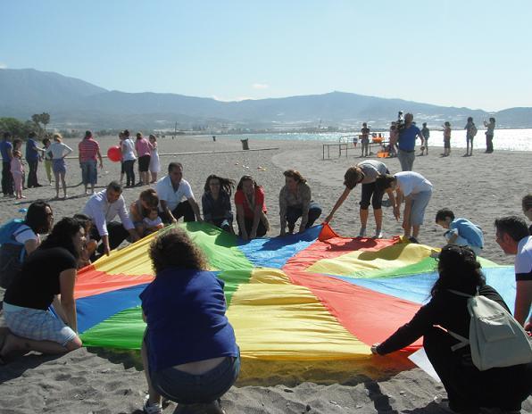 Aulas de autismo de toda la provincia disfrutan de una jornada en la playa motrileña