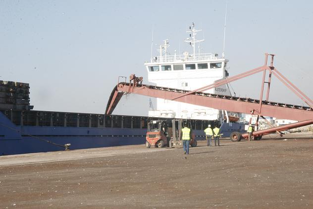 El Puerto de Motril abre expediente informativo al operador que provocó una columna de polvo de dolimita