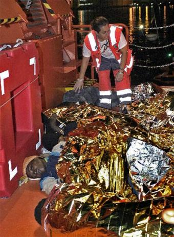 Se recupera del mar el cadaver de uno de los inmigrantes. Tenía 20 años
