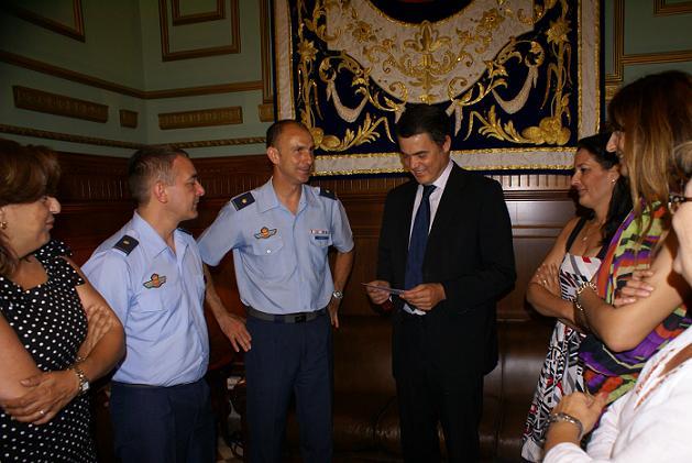El alcalde de Motril se despide del comandante del EVA-9, Rafael Godoy