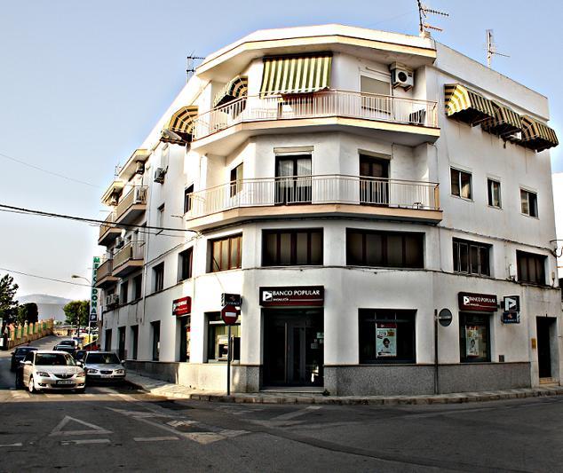 Atracan a punta de pistola una sucursal del Banco Popular en Salobreña