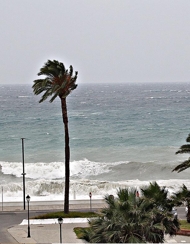 El viento de poniente azota la costa de Granada con rachas de hasta 60 kilómetros por hora