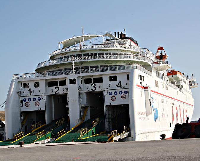 Cincuenta dos pasajeros inician la línea marítima Motril-Melilla