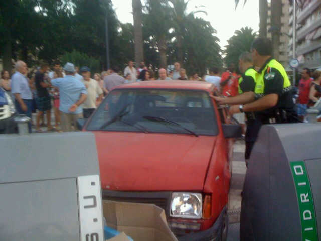 La Policía Local de Motril detiene a un individuo que conducía un coche robado. Terminó empotrado en los contenedores de Las Explanadas