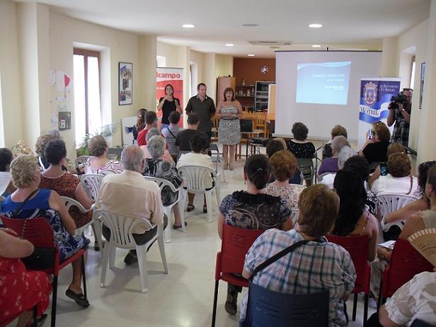 Más de un centenar de mayores asisten a una charla para incentivar los hábitos de vida saludables