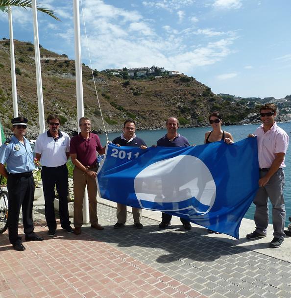 Izada de la Bandera Azul en Marina del Este de Almuñécar