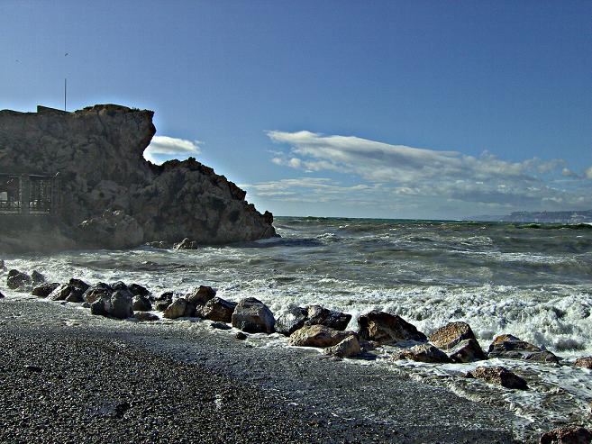 En Salobreña estudian multar a todo aquel que se tire al mar desde el Peñon