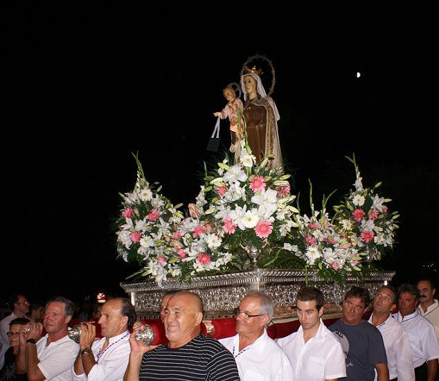 La Virgen del Carmen procesiona por Calahonda acompañada por cientos de vecinos