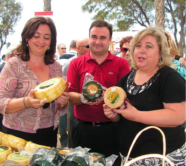 Los mercados del queso tradicional en la playa de Salobreña