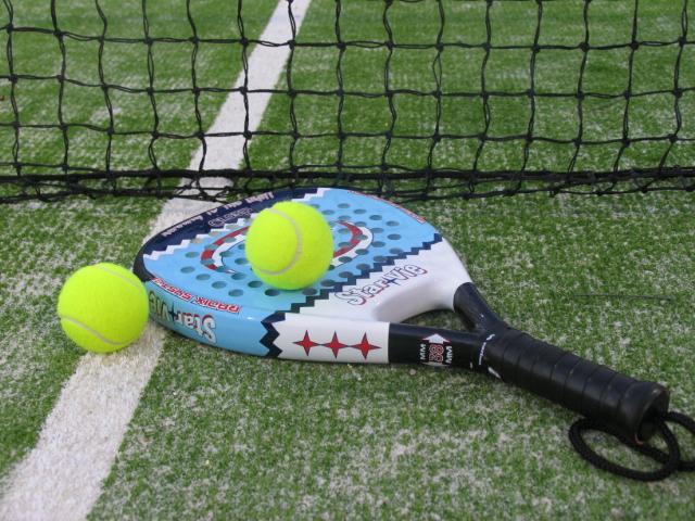La concejalía de Deportes continuá impartiendo en septiembre los cursos de iniciación al pádel