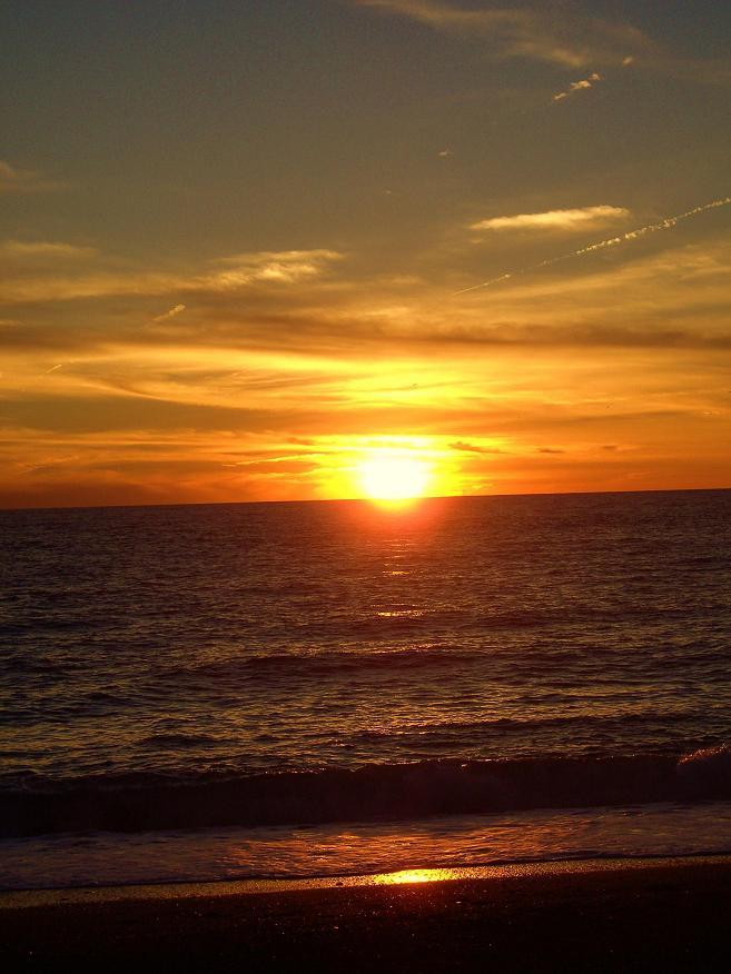 Atardecer en la playa de Salobreña a tan sólo unos días del otoño