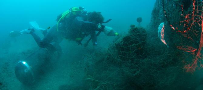 AUAS colabora con el ayuntamiento de Almuñécar en retirar una red peligrosa del fondo marino