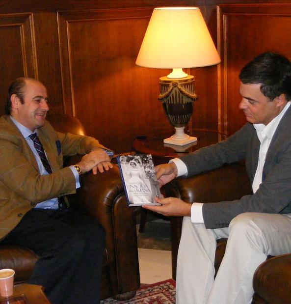 Rojas recibe al escritor de la única biografía en español de la Reina Fabiola