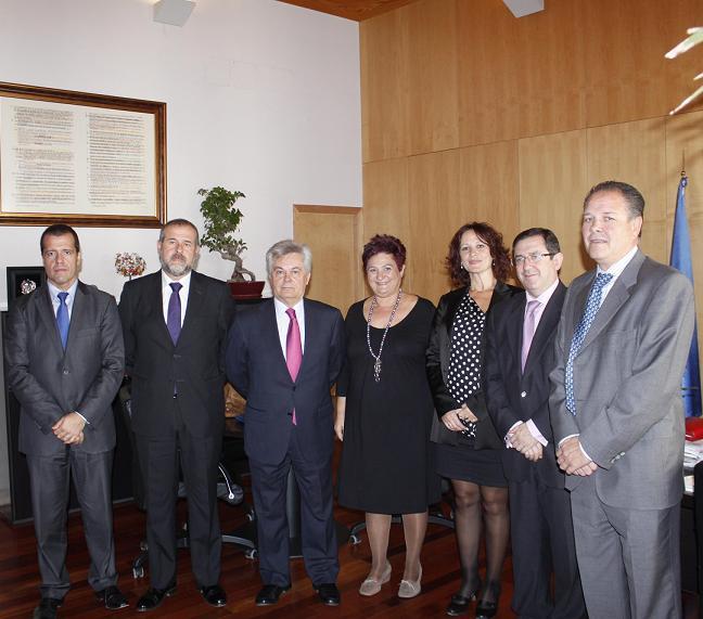 El presidente de CajaGranada se reúne con la alcaldesa de Órgiva en su visita a la comarca alpujarreña