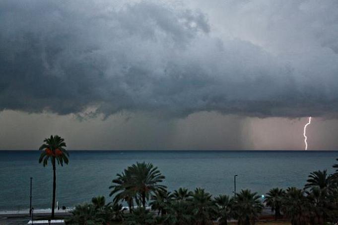Esta la imagen de la tormenta que a estas horas de la tarde descarga sobre la playa de Salobreña