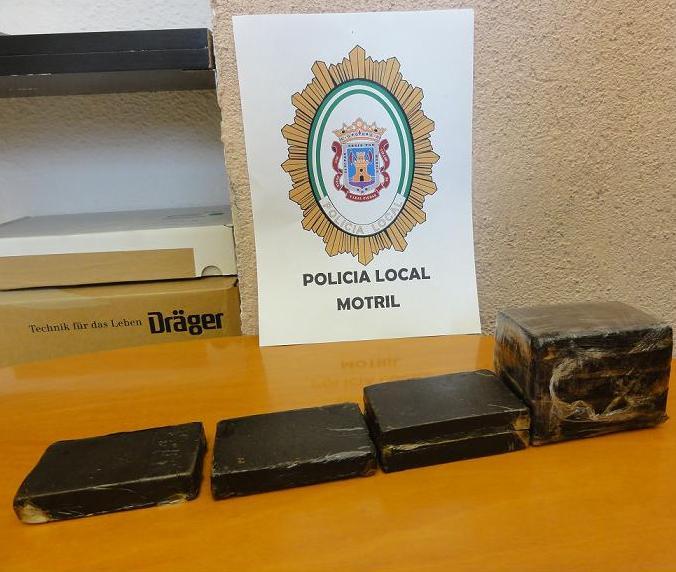 La Policía Local se incauta de un kilo de hachís y otros efectos que portaba un inmigrante, desembarcado esta mañana de una patera