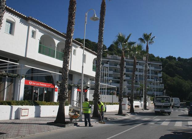 La  Herradura mejora la iluminación del paseo Andrés Segovia  en la zona de La Caleta y el acceso a la Punta de la Mona desde la playa