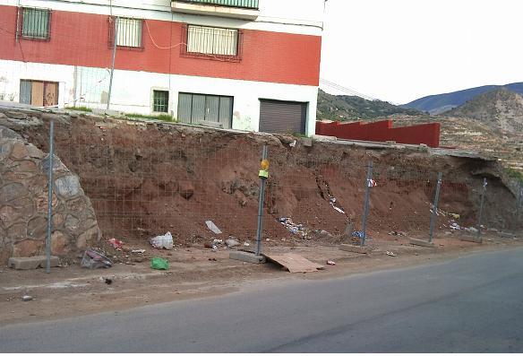 El PSOE exige el arreglo del muro de la calle Costa Rica un mes después de su desprendimiento por el temporal de agua y viento