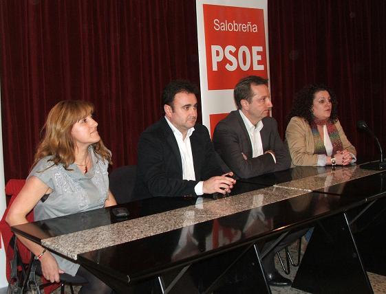 El Consejero de Empleo, Manuel Recio, mantiene un encuentro con vecinos y empresarios de Salobreña