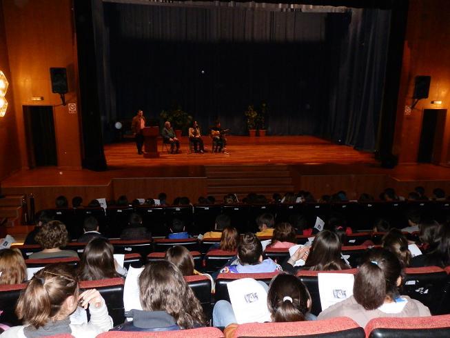 """Más de un centenar de alumnos sexitanos  participaron ayer en el  primer  Concierto didáctico """"Acércate al Flamenco"""" para jóvenes"""