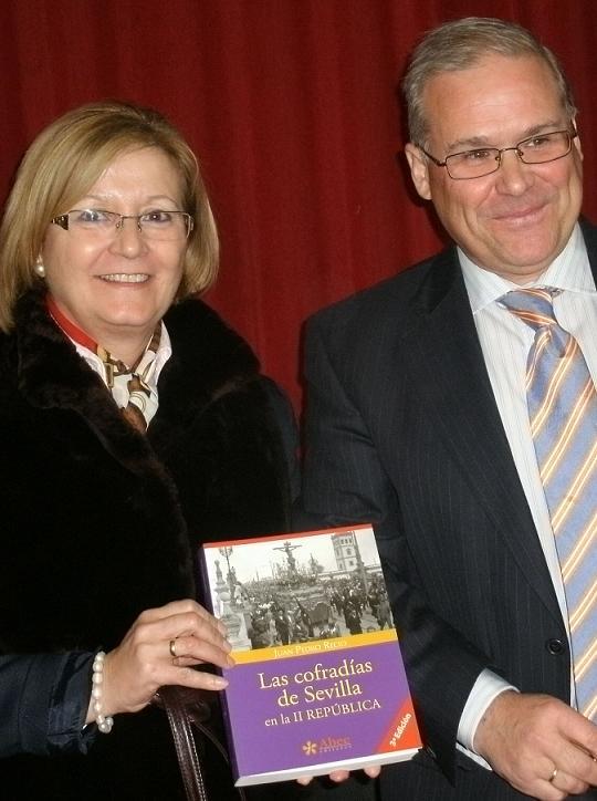 El escritor Juan Pedro Recio dona su publicación 'Las cofradías de Sevilla en la II República' a la biblioteca municipal