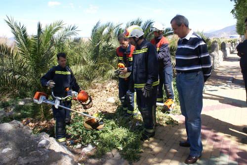 Los Bomberos de Motril aprenden a manejar desbrozadoras para extinguir posibles incendios en la vega