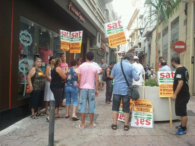 Hoy se manifestaron los trabajadores de CLAROS SCA en Motril para demandar los sueldos que les adeudan
