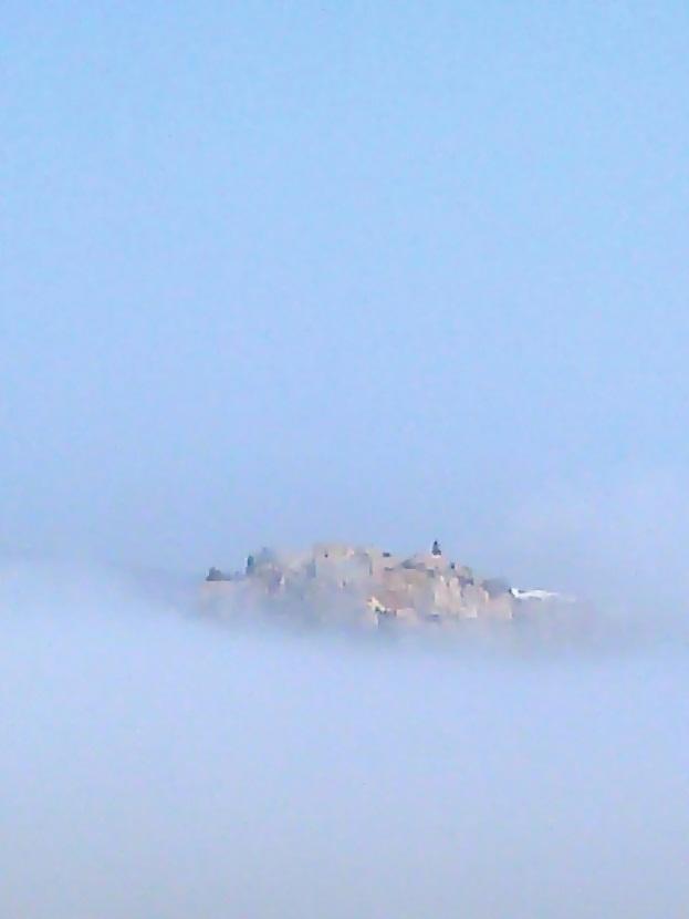 El castillo de Salobreña hoy entre la niebla y la ola de calor