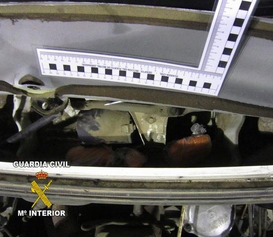 Descubren hachís en el hueco del motor del limpiaparabrisas de un turismo en Motril