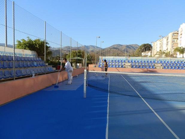 EL Patronato Municipal de Deportes de Almuñécar cambia la pintura de las pistas de tenis del complejo Rio Verde