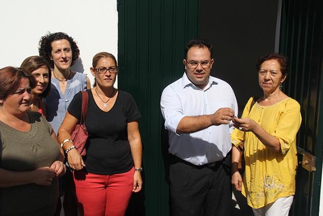 La Tenencia de Alcaldía de La Herradura entrega las llaves de un aula multiusos para el AMPA y el Colegio Público Las Gaviotas