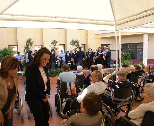 La alcaldesa de Motril visita a los mayores de las residencias