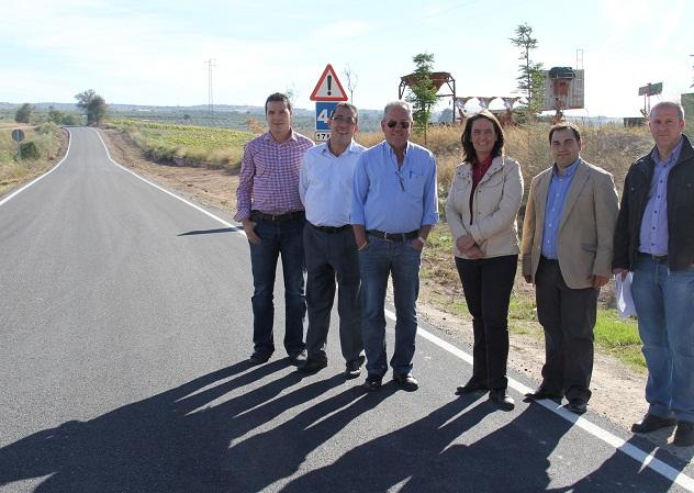 Luisa García Chamorro visita las obras de la GR-3400 entre Peñuelas y Castillo de Tajarja