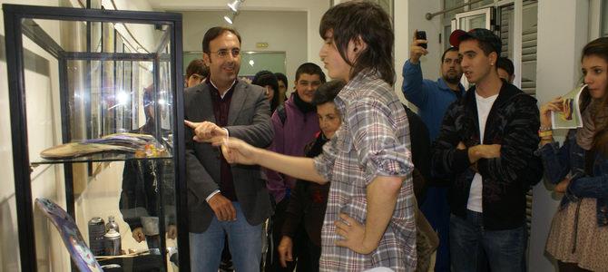 El motrileño Sergio Aparicio expone en el Centro Joven su particular 'Disparo de salida'