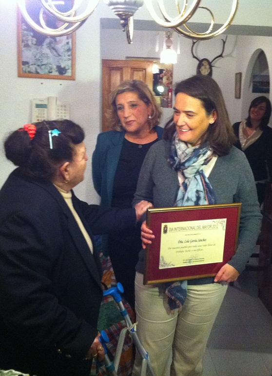 La alcaldesa de Motril reconoce el espíritu de superación de los mayores del Llano