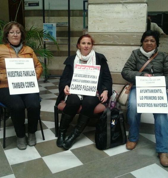 Trabajadoras de ayuda a domicilio de Motril se encierran en protesta por impago de nóminas