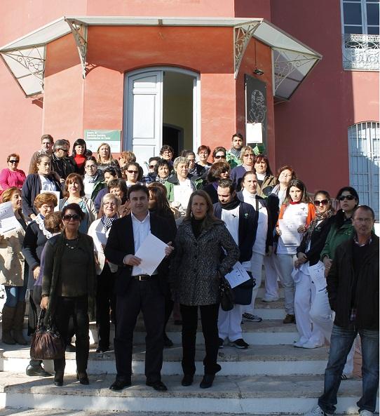 EL PSOE DE LA COSTA SE CONCENTRA EN DEFENSA DE LOS SERVICIOS SOCIALES COMUNITARIOS