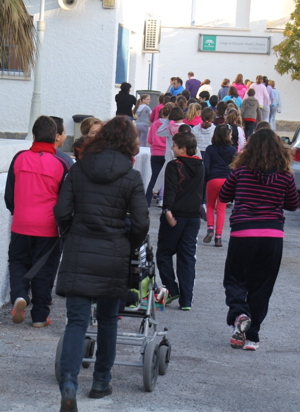 Alumnos y profesores del CEIP La Santa Cruz de Almuñécar ha realizado hoy un simulacro de desalojo