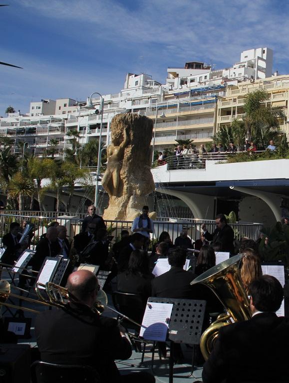 La Banda de Música de Almuñécar ofreció su concierto de Navidad, a pie de playa,  en el paseo del Altillo Bajo