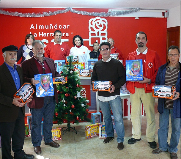 El PSOE entrega 42 juguetes nuevos a Cruz Roja para la campaña solidaria 'Ningún Niño sin Juguete'