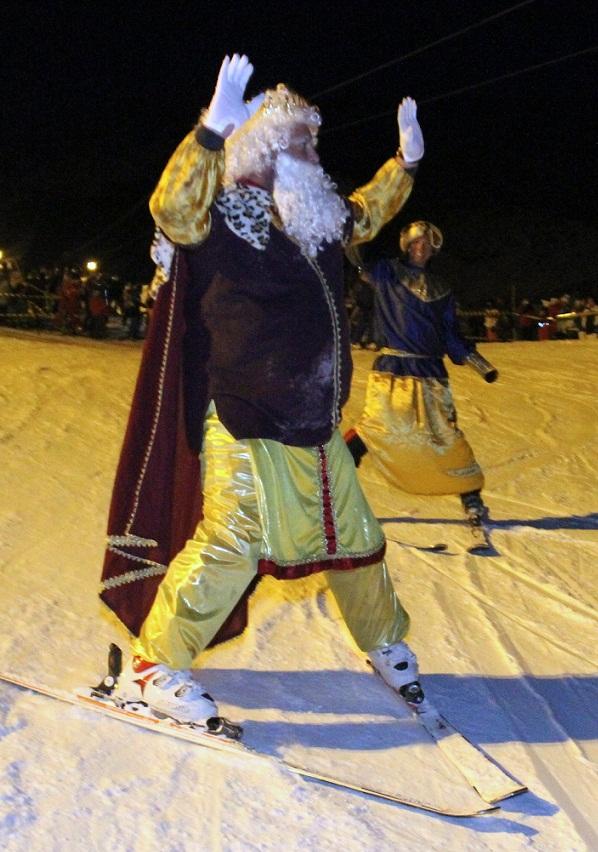 Las escuelas de esquí guían  a los Reyes Magos por las pistas de Sierra Nevada
