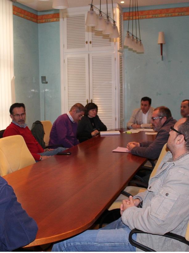 TAXISTAS Y GOBIERNO ACUERDAN MEDIDAS PARA MEJORAR EL SERVICIO EN EL MUNICIPIO