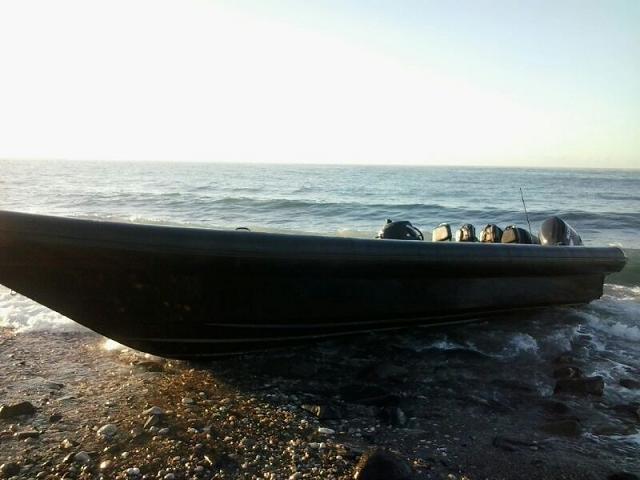 La Policía de Almuñécar recupera una embarcación varada en la playa de Cabría y que presuntamente fue utilizada en el transporte de droga