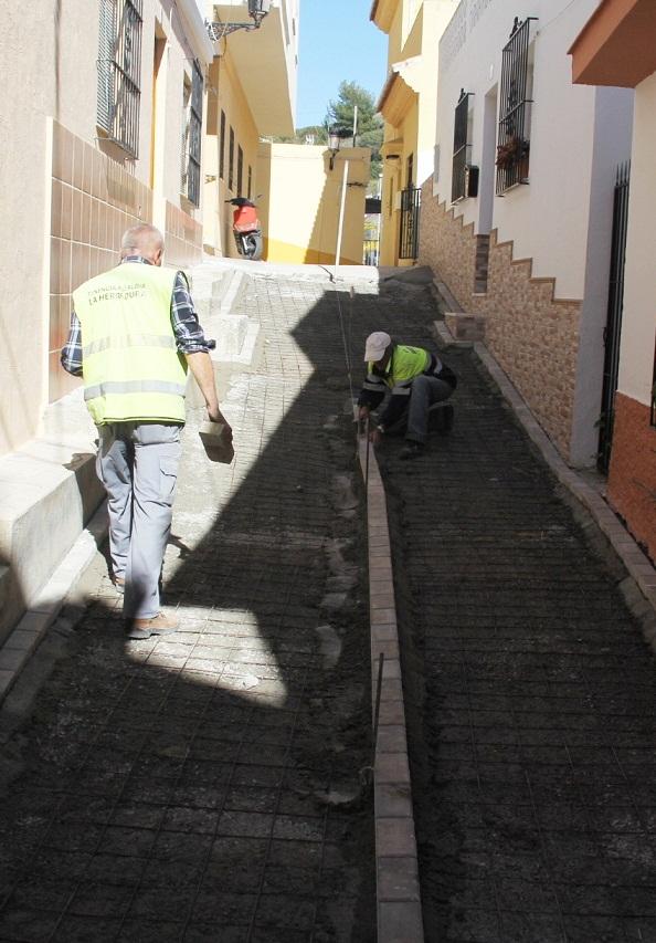 El Ayuntamiento lleva a cabo la mejora de la calle Trébol en el barrio del Espinar de La Herradura